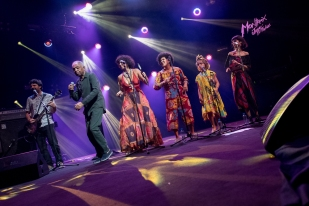 Gilberto Passos Gil Moreira était accompagné d'une partie de sa famille sur la scène cardinale du Montreux Jazz Festival. Il y avait aux chœurs, notamment, sa femme Flora Giordano Demasi mais aussi sa fille Nara de Aguiar Moreira. © leMultimedia.info / Oreste Di Cristino