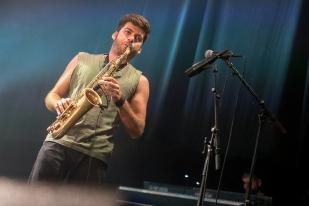 Andrea au saxophone alto. Ses bois sont le fondement certain de la musique du groupe. Les Giufà réussissent, là, bien leur mission, vous faire danser, peu importe où. © leMultimedia.info / Oreste Di Cristino [Nyon]