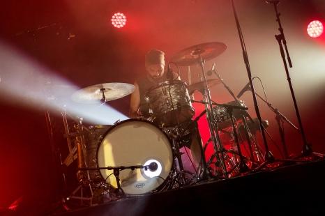 """Salvo, à la batterie, accompagne avec régularité et mesure l'électronique de leur nouveau single """"Propagangster"""". """"Propagangster"""" (2018) passe actuellement l'épreuve de la scène, du live, la tournée étant le meilleur terrain d'expérimentation pour les futurs dévoilements du groupe. © leMultimedia.info / Oreste Di Cristino [Nyon]"""