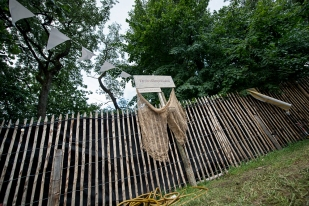 « Le lieu s'y prête parfaitement pour permettre le théâtre de rue. La forêt a une grande importance car elle joue le rôle de frontière en ce qu'elle nous ferme l'accès au reste du terrain. » © leMultimedia.info / Oreste Di Cristino [Nyon]