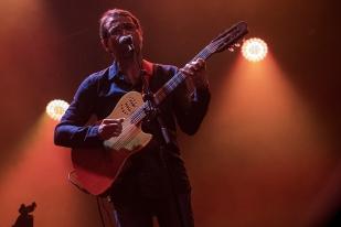 Humberto Mirabelli était à la guitare. Acoustique indémodable sur les planches de samba. © leMultimedia.info / Oreste Di Cristino