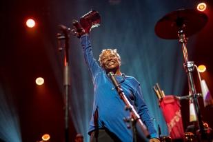Cymbales en main, l'artiste de 52 ans a offert un set rythmé, où la percussion revêtait une importance certaine. © leMultimedia.info / Oreste Di Cristino