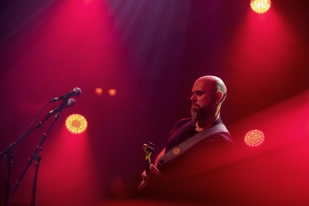 Adail Scarpelini, le guitariste accompagnant Margareth Menezes vit aussi sa musique, sourire certain et rythme vécu. © leMultimedia.info / Oreste Di Cristino