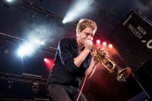 Warhaus à la trompette: « Je construis avec ce qui vient. Il y a beaucoup de coïncidences et énormément de foi que les instruments me donnent. » © leMultimedia.info / Oreste Di Cristino [Nyon]