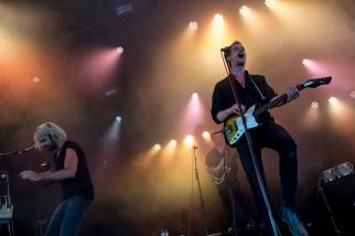 c'est bien Maarten Devoldere et son band, tout de noirs vêtus, qui s'emparent de la scène. Une voix grave et lancinante, un son sucré aux teintes jazzy… © leMultimedia.info / Oreste Di Cristino [Nyon]