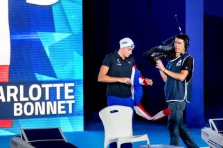 Charlotte Bonnet s'apprête à disputer sa finale à Glasgow. Son entrée est remarquée par le public de la piscine internationale. © leMultimedia.info / Oreste Di Cristino [Glasgow]