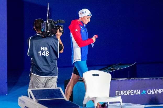 Charlotte Bonnet entre dans la piscine du Tollcross International Swimming Centre de Glasgow mercredi après-midi pour sa finale du 100 mètres nage libre. © leMultimedia.info / Oreste Di Cristino [Glasgow]