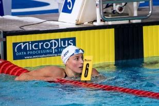 Charlotte Bonnet vient de remporter sa finale des 200 mètres nage libre lundi après-midi à Glasgow. Elle est devenue championne d'Europe, sous le regard satisfait de son entraîneur Fabrice Pellerin. © leMultimedia.info / Oreste Di Cristino [Glasgow]