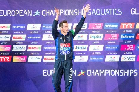 Piero Codia savoure sa victoire sur la plus haute marche du podium au Tollcross International Swimming Centre de Glasgow. © leMultimedia.info / Oreste Di Cristino [Glasgow]