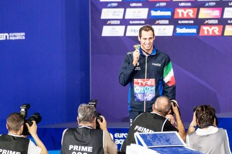 Médaille d'or entre les doigts, l'Italien immortalise cet instant devant les photographes. © leMultimedia.info / Oreste Di Cristino [Glasgow]
