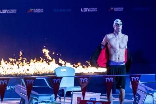 La préparation sous les lumières tamisées en bleu du Tollcross International Swimming Centre de Glasgow. © leMultimedia.info / Oreste Di Cristino [Glasgow]© leMultimedia.info / Oreste Di Cristino [Glasgow]