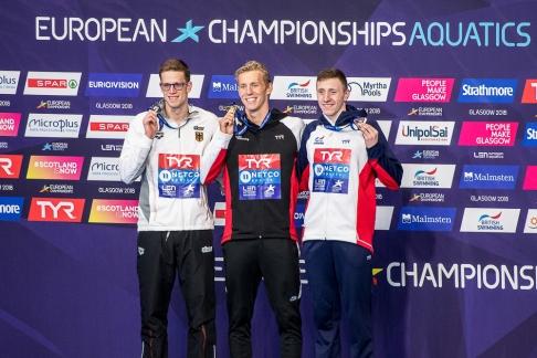 Médailles en main, le podium a été complété par l'Allemand Philip Heintz et le Britannique Max Lichtfield. © leMultimedia.info / Oreste Di Cristino [Glasgow]