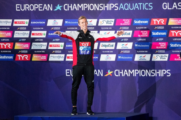 Jérémy Desplanches triomphant des 200 mètres quatre nages sur le podium du Tollcross International Swimming Center lundi après-midi à Glasgow. © leMultimedia.info / Oreste Di Cristino [Glasgow]