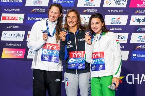 Médailles en main et hymne national italien entonné, la fête a été complète pour Simona Quadarella. © leMultimedia.info / Oreste Di Cristino [Glasgow]