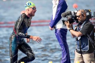Andrea Salvisberg a connu une natation difficile, malgré qu'il sorte parmi les premiers du lac au parc Strathclyde. © leMultimedia.info / Oreste Di Cristino [Strathclyde]