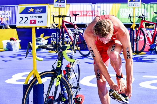 Adrien Briffod lors de sa dernière transition. Il a été nettement distancé sur la natation, puis sur le vélo. © leMultimedia.info / Oreste Di Cristino [Strathclyde]
