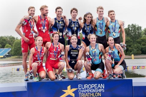 L'ensemble du podium du relai mixte à Strathclyde avec la France (1ère), la Suisse (2e) et la Belgique (3e). © leMultimedia.info / Oreste Di Cristino [Strathclyde]