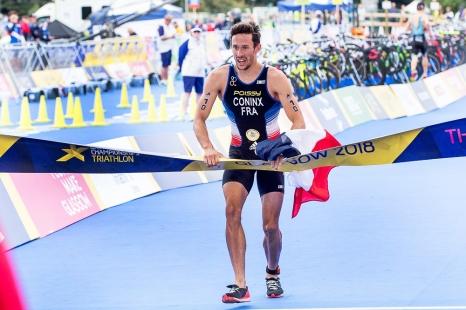 C'est finalement Dorian Coninx qui outrepasse la ligne d'arrivée en tête et avec le drapeau fraçais dans les mains. © leMultimedia.info / Oreste Di Cristino [Strathclyde]