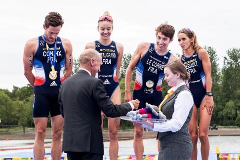 Le quatuor tricolore se voit remettre la médaille d'or à Strathclyde... © leMultimedia.info / Oreste Di Cristino [Strathclyde]