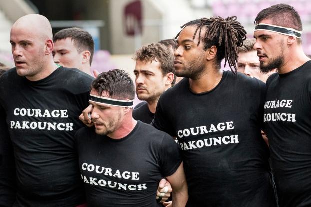 Le groupe servettien s'est présenté au stade dimanche après-midi avec un tee-shirt noir floqué en hommage à Pierre Topé (Pakounch), victime d'une embolie pulmonaire il y a quelques jours. Il a été emmené à l'hôpital à temps mais sa saison est dès lors terminée. © leMultimedia.info / Oreste Di Cristino [Genève]
