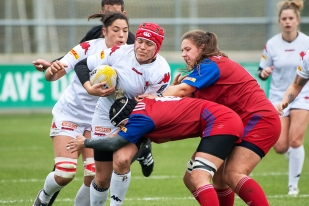 La capitaine Sabrina Walti (n°8, ballon en main) a également été à l'image d'un jeu puissant au milieu de terrain. © leMultimedia.info / Oreste Di Cristino [Yverdon-les-Bains]