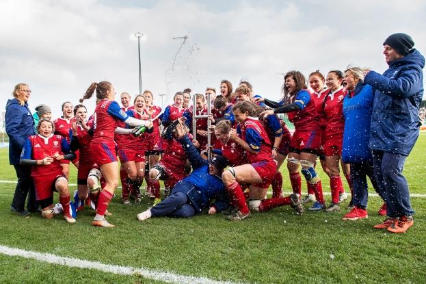 Les Tchèques repartent avec la Konektor Cup, ce trophée de 160cm de long, symbole de la rivalité entre les équipes féminines de rugby de Suisse et de République Tchèque. © leMultimedia.info / Oreste Di Cristino [Yverdon-les-Bains]