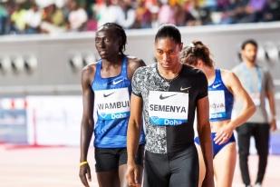"""Caster Semenya peu avant le départ du 800 mètres à Doha. À sa droite, Margaret Wambui. La Kényane est aussi suspectée de détenir un taux de testostérone supérieur à la """"normale"""" féminine (selon l'IAAF). © leMultimedia.info / Oreste Di Cristino [Doha]"""