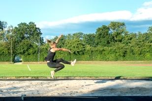 Michèle Garlinski n'a jamais été très loin du faîte dans sa discipline ; lorsqu'elle était encore junior, en U16, elle frisait déjà la réussite pleine. Avec un saut – à l'époque – de 5,68m, elle s'était déjà classée parmi le Top 3 de sa discipline au niveau national. © leMultimedia.info / Oreste Di Cristino [Bernex]