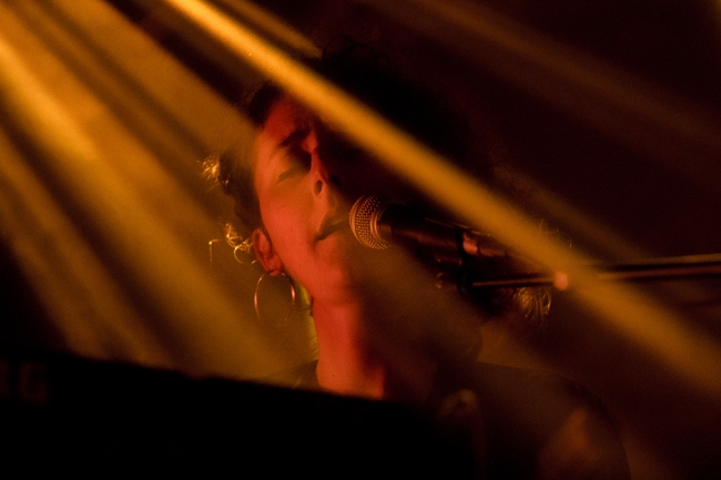 La plasticité et le caractère énigmatique de Laure Betris touche et coule en plein la représentation de cette musicienne qui a parcouru un chemin propre depuis l'âge tendre de ses 20 ans. Les tangentes mal famées de la musique actuelle, l'artiste avoue les emprunter dans sa biographie personnelle. © leMultimedia.info / Oreste Di Cristino [Nyon]