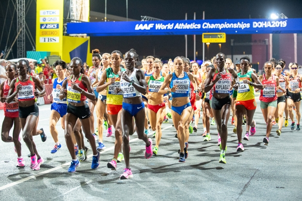 Le marathon de Doha a été lancé à 23h59 précises; en près de 2h40, l'épreuve a eu raison de 28 athlètes, retirées à cause des conditions climatiques trop rudes. © leMultimedia.info / Oreste Di Cristino [Doha]