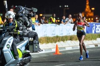 La Kényane Ruth Chepng'etich a pourtant tenu bon tout du long, menant la course presque de bout en bout. Impressionnant. © leMultimedia.info / Oreste Di Cristino [Doha]