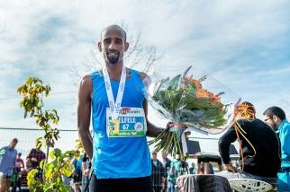 """« Je suis fier pour son temps d'aujourd'hui, je l'aide comme je peux à l'entraînement pour qu'elle atteigne ses objectifs. Heureux qu'elle y soit parvenue après un mois de marathons et Morat-Fribourg, évidemment », commente l'Érythréen Tesfaye Felfele – """"lièvre de luxe d'Helen Bekele Tola"""" –, excellent vainqueur des 10km à Lausanne (en 29'01""""7) devant le quadruple vainqueur de l'épreuve kényan Bernard Matheka. © leMultimedia.info / Oreste Di Cristino [Lausanne]"""