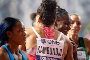 Tendre étreinte entre championnes; Mujinga Kambundji salue la nouvelle championne du monde du 200 mètres Dina Asher-Smith quelques secondes après la course. À elles deux, avec Brittany Brown, elles composent un podium des plus inédit dans un Mondial d'athlétisme. © leMultimedia.info / Oreste Di Cristino [Doha]