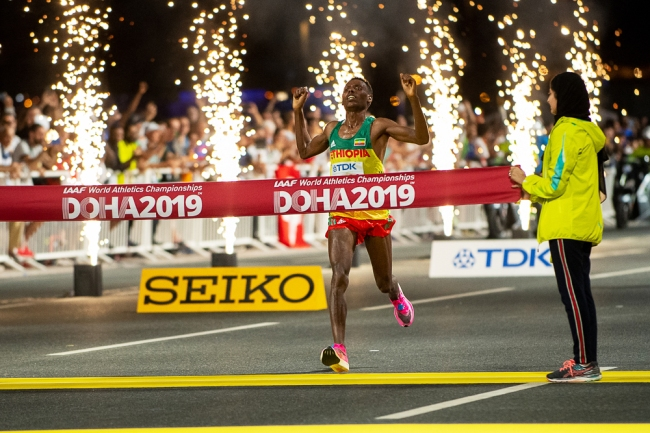Leninisa Desisa est seulement le deuxième Éthiopien à remporter le marathon dans un championnat du monde. Avant sa victoire, Gezahegne Abera restait le seul de son pays à être parvenu sur la plus haute marche du podium à Edmonton en 2001. © leMultimedia.info / Oreste Di Cristino [Doha]