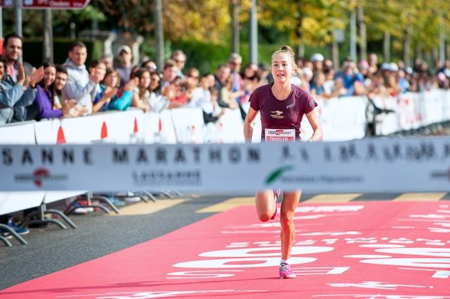 """La Suissesse de Chardonne Simone Troxler (classe 1996) a dominé pour la première fois la concurrence sur les 42,195km entre la Tour-de-Peilz et Ouchy. En 2h42'30""""2, dimanche après-midi, elle a établi son meilleur chrono personnel pour sa première victoire sur le Lausanne Marathon, mais là n'est de loin pas le plus important pour la jeune femme de bientôt 23 ans. © leMultimedia.info / Oreste Di Cristino [Lausanne]"""