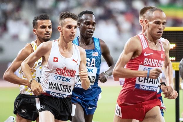 """Julien Wanders n'a pas terminé sa course sur les 10'000 mètres. Emporté par un rythme très rapide sur les 4'000 premiers mètres, il n'a pas tenu la distance et s'est fait lâcher après 12 tours de piste. Aux 4'900 mètres, il évoluait sur une base de 27'00"""", soit nettement plus rapide que son record de Suisse (27'17""""29). © leMultimedia.info / Oreste Di Cristino [Doha]"""