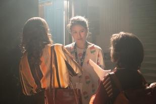 Mei Fa Tan (au milieu) est entourée des deux acteurs pricipaux de son court-métrage. Les prises sont, ici, sur le point d'être tournées. © Phil Latour